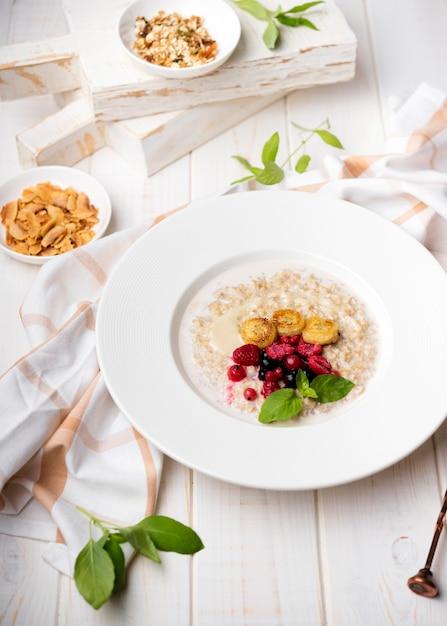 Morgenmahlzeit mit zerquetschten getreide und frucht Kostenlose Fotos