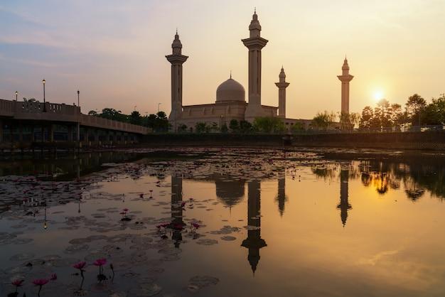 Morgensonnenaufganghimmel von masjid bukit jelutong in shah alam nahe kuala lumpur, malaysia. Premium Fotos
