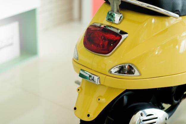 Mosai, ein zweirad, das uns an verschiedenen orten mitnehmen kann fahrkonzept mit textfreiraum Premium Fotos