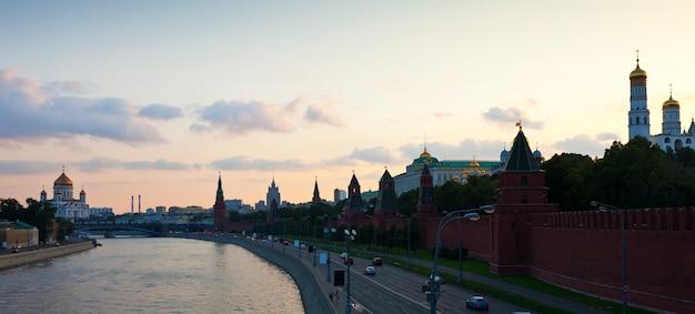 Moskauer kreml und moskva fluss im sonnenuntergang Kostenlose Fotos