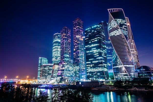 Moskauer wolkenkratzer in der nacht Premium Fotos