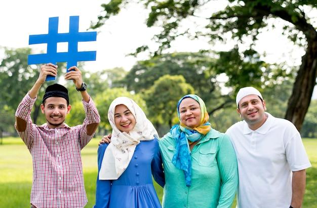 Moslemische familie, die einen hashtag hält Premium Fotos