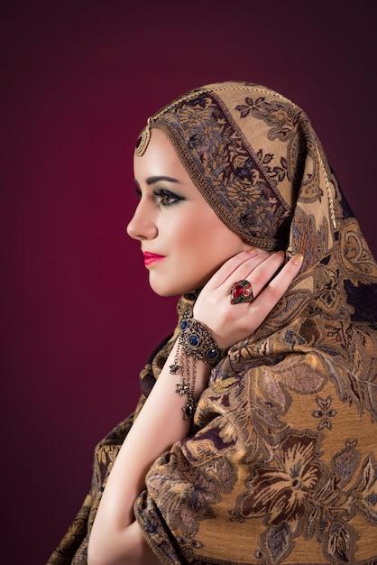 Moslemische frau mit nettem schmuck Premium Fotos