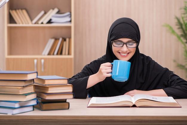 Moslemischer student der frau, der für prüfungen sich vorbereitet Premium Fotos