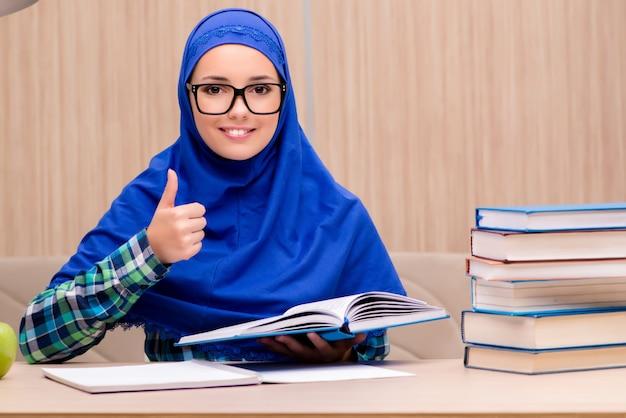 Moslemisches mädchen, das für aufnahmeprüfungen sich vorbereitet Premium Fotos
