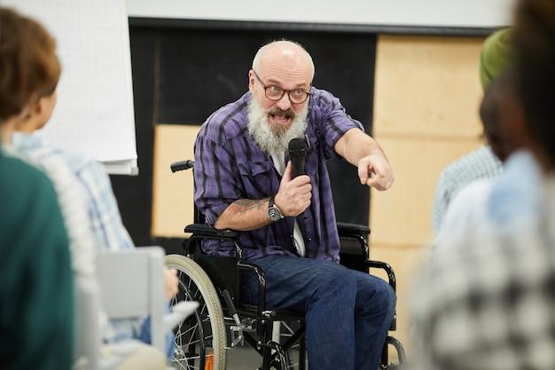 Motivationsbehinderter redner auf der konferenz Premium Fotos