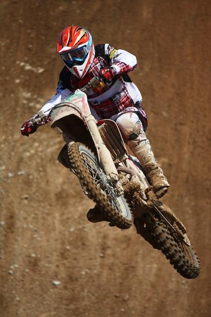 Motocross dirtbike in der luft Premium Fotos