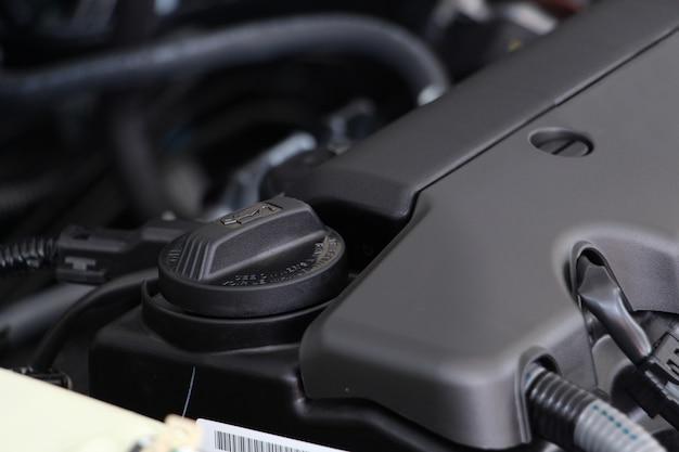Motoröldeckel oder motoröl unter der motorhaube eines autos. wartungsauto oder reparaturautokonzept. Premium Fotos