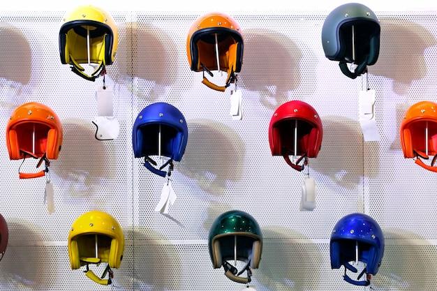 Motorrad bunter sturzhelm geschäft in den regalen Premium Fotos