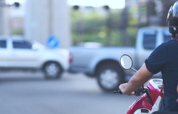 Motorrad, das auf grünes licht auf kreuzung mit safty sturzhelm wartet Premium Fotos