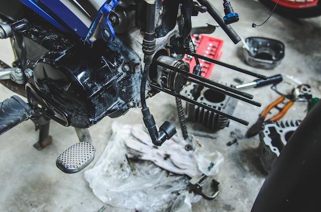 Motorrad-ersatzteile ausbauen Premium Fotos