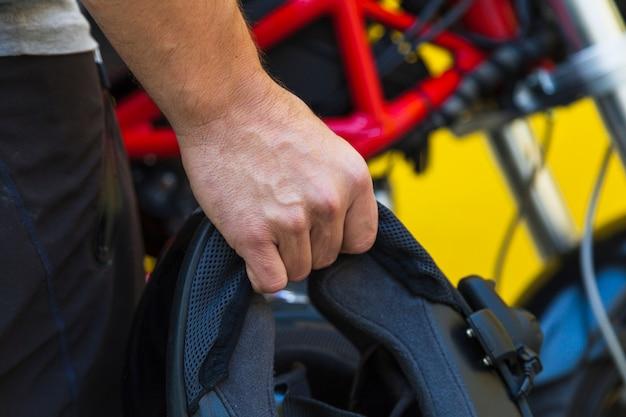 Motorradfahrer, der schutzhelm hält Kostenlose Fotos