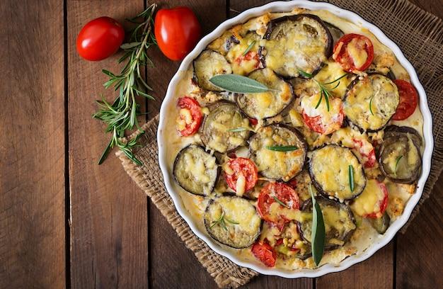 Moussaka (auberginenkasserolle) - ein traditionelles griechisches gericht Premium Fotos