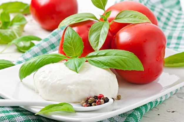 Mozzarella, tomaten und frische basilikumblätter Kostenlose Fotos