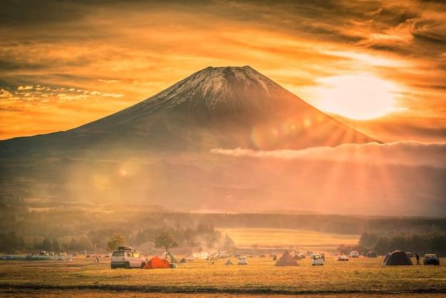 Mt. fuji mit kampierendem boden fumotopara bei sonnenaufgang in fujinomiya, japan. Premium Fotos