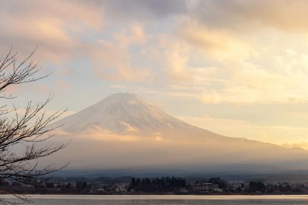 Mt. fuji und see kawaguchi im sonnenuntergang bei yamanashi, japan Premium Fotos