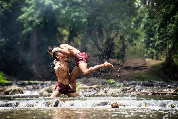 Muay thai; thailändische kampfkunst; thai-boxen. Premium Fotos