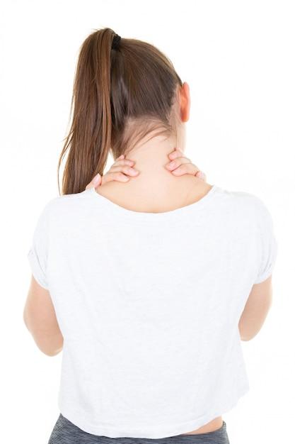 Müde dünne frau der jungen frau der nahaufnahmeansicht, die ihren hals massiert Premium Fotos