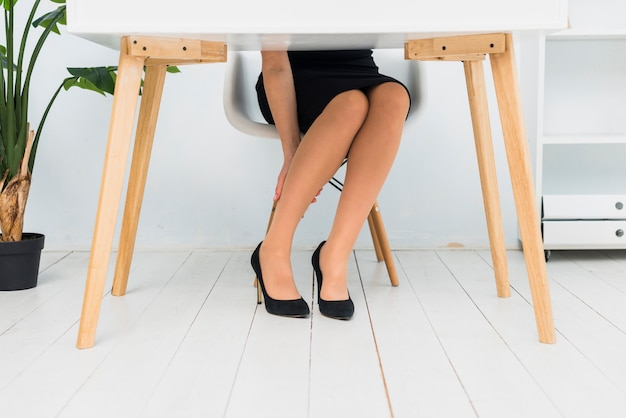 Müde geschäftsfrau, die am tisch sitzt Kostenlose Fotos