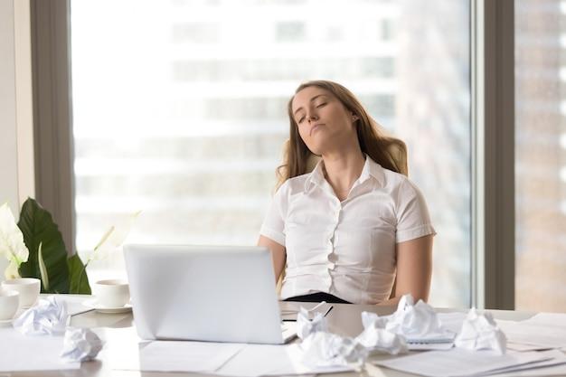 Müde geschäftsfrau, die im stuhl am schreibtisch schläft Kostenlose Fotos