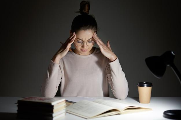 Müde stressige frau hält hände auf dem kopf Kostenlose Fotos