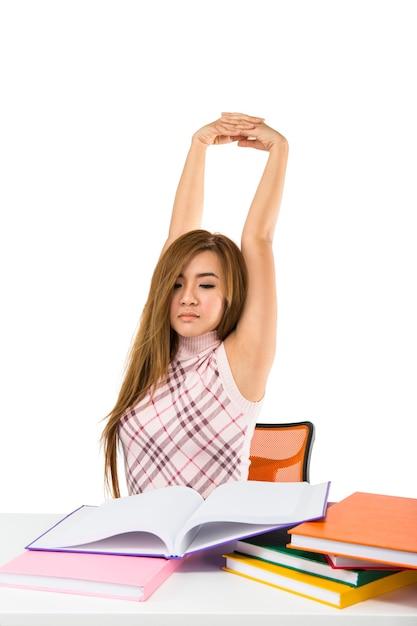 Müde studentin mit büchern lokalisiert auf weißer wand Premium Fotos