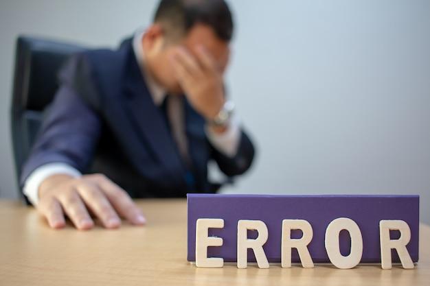 Müder deprimierter geschäftsmann am arbeitsplatz frustriert durch geschäftsstörung. Premium Fotos