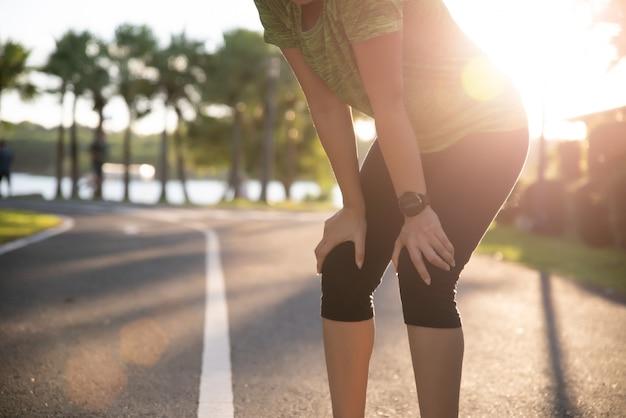 Müder frauenläufer, der eine pause nachdem dem laufen und training am sonnigen morgen macht Premium Fotos