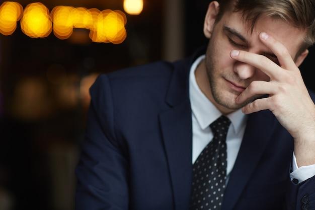 Müder mann, der in café wartet Kostenlose Fotos