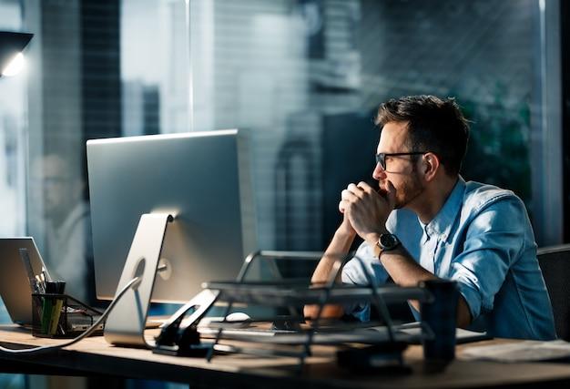 Müder mann, der spät arbeitet Premium Fotos