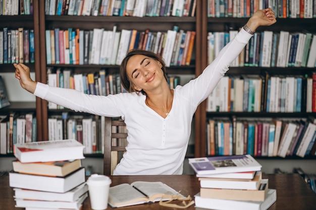Müdes ausdehnen der frau an der bibliothek Kostenlose Fotos