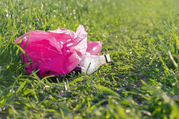 Müll im gras hautnah Premium Fotos