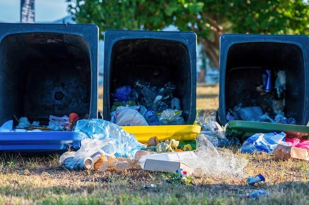 Müllcontainer mit herausgefallenem müll auf den boden fallen lassen Kostenlose Fotos