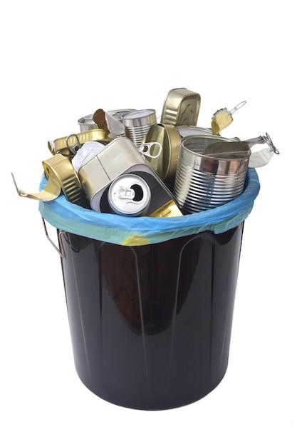 Mülleimer (blechdose essen und trinken) voll dosen auf weiß Premium Fotos