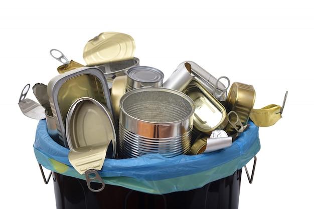 Mülleimer (blechdose essen) voll dosen auf weiß Premium Fotos