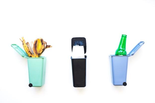 Mülleimer mit sortiertem müll Kostenlose Fotos