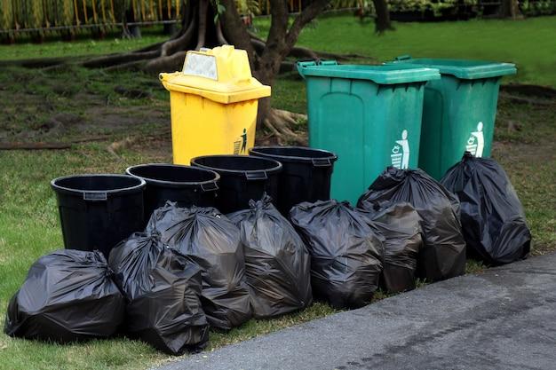 Mülleimer plastikmüll, müll in schwarzer tasche und mülleimer, müllhaufen müll und müllsack Premium Fotos