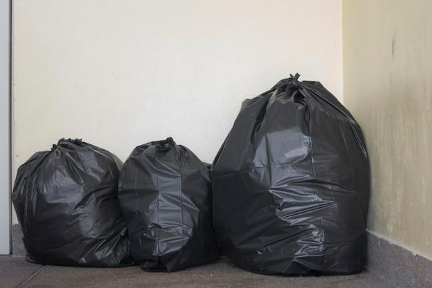 Müllsack auf dem boden. Premium Fotos