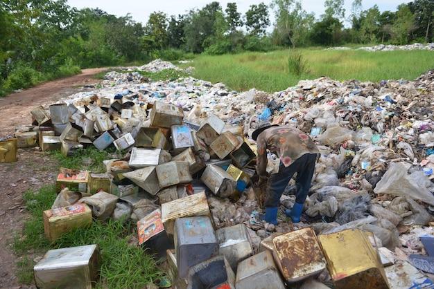 Mülltrennungsabfall der arbeitskraft an der müllgrube. Premium Fotos