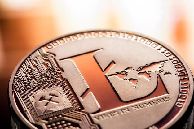 Münze litecoin nahaufnahme auf einem schönen hintergrund. digitales kryptowährungs- und zahlungssystem. Kostenlose Fotos