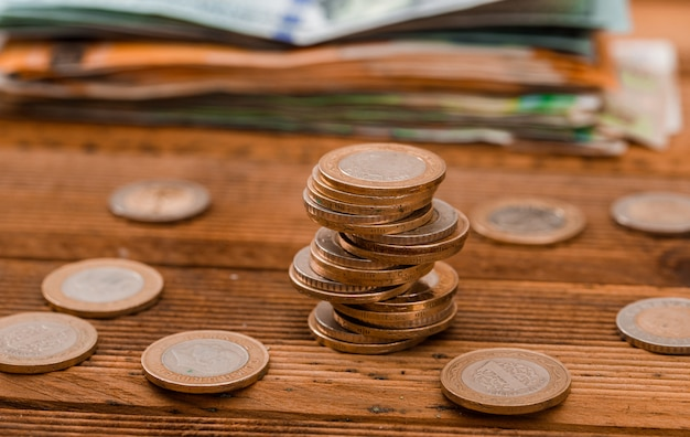 Münzen, banknoten auf holztisch. Kostenlose Fotos