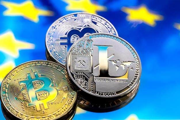 Münzen bitcoin und litecoin, vor dem hintergrund europas und der europäischen flagge, das konzept des virtuellen geldes, nahaufnahme. Kostenlose Fotos