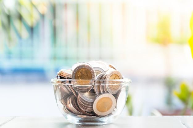 Münzen geld im glas, sparschwein, ersparnisse, währung glasbank für tipps mit geld Premium Fotos