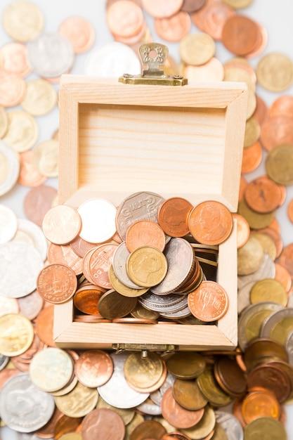 Münzen in der brust. konzept für business und sparen Premium Fotos