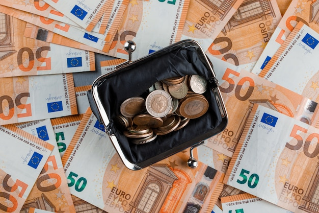 Münzen in geldbörse auf banknote und gips tisch. Kostenlose Fotos