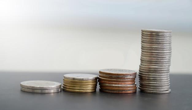 Münzen in verschiedenen stapeln angeordnet Premium Fotos