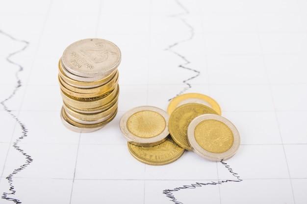 Münzen spalte auf dem tisch Kostenlose Fotos