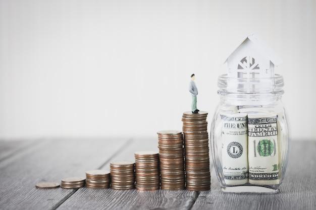 Münzgeldstapel verstärken weißes haus auf dollarscheinen, immobilieninvestition, haushypothek Premium Fotos