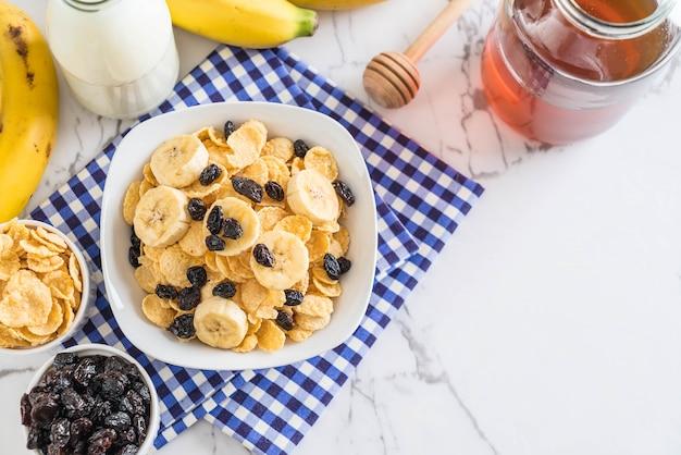 Müsli mit banane, rosinen und milch Premium Fotos