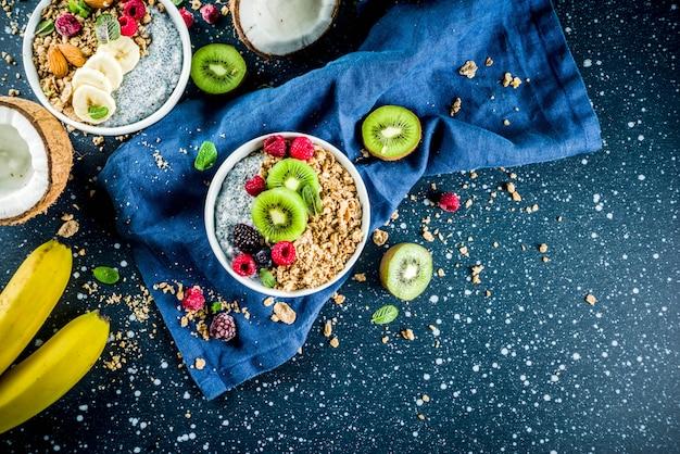 Müsli mit chiasamen joghurt, frischem obst und beeren Premium Fotos